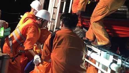 Lực lượng cứu nạn hàng hải đưa nạn nhân lên tàu về đất liền.
