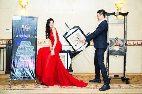 Người đẹp Kim Nguyên (Giải Đồng Ngôi sao người mẫu Việt Nam) đã hú hồn khi bị diễn viên Hùng Trần thử độ bén của kiếm trong màn ảo thuật kiếm đâm xuyên người bị nhốt trong hộp.