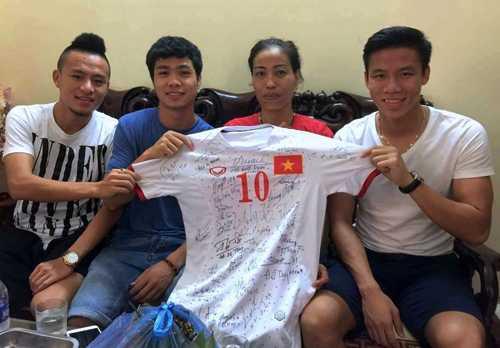 Cựu vận động viên điền kinh Vũ Bích Hường rất xúc động khi được các thành viên của U23 Việt Nam tới thăm