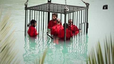 Chiến binh IS nhốt tù binh vào lồng sắt và thả xuống nước