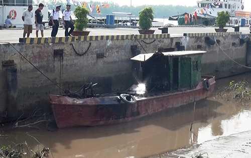 Tàu nghi phạm chở dầu bị bắt giữ