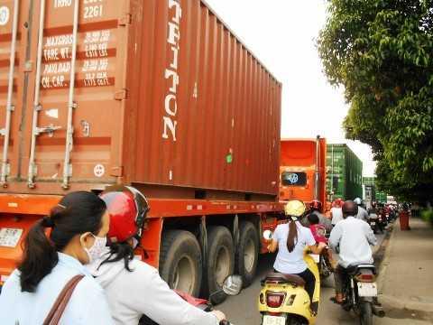 Nguy cơ tai nạn giao thông từ xe container luôn rình rập người đi đường. Ảnh: Phan Cường