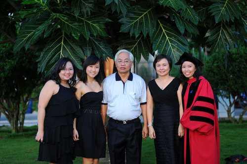 Vợ chồng bà Cao Thị Ngọc Dung và 3 cô con gái
