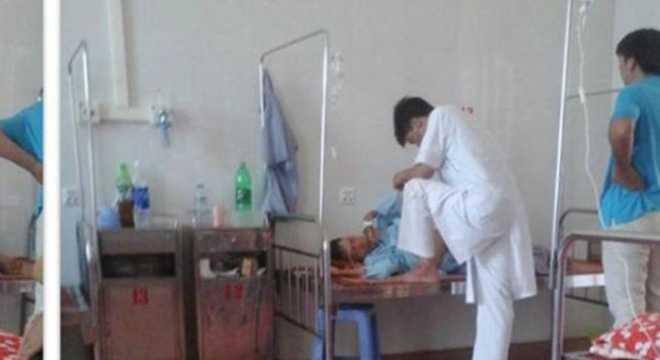 Bác sỹ giẫm chân lên giường bệnh nhân gây xôn xao cộng đồng mạng - Ảnh: Facebook