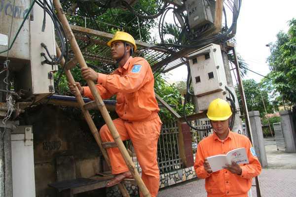 Tập đoàn Điện lực Việt Nam (EVN) công bố con số hàng chục nghìn người chỉ đi làm công việc ghi công tơ, thu tiền điện.