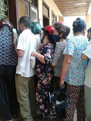 Người dân phải xếp hàng nộp tiền điện tại chi nhánh điện lực thị xã Phú Thọ như đi xếp hàng đong gạo thời bao cấp. Ảnh: Đặng Châm