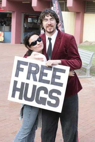 Juan Mann (cha đẻ của Free Hugs) và tấm biển Free Hugs mang tính biểu tượng do anh tạo ra