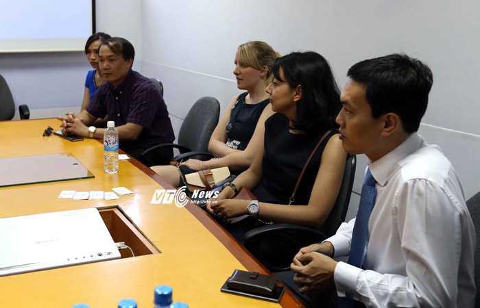 Đại diện Man City làm việc cùng ban giám đốc bệnh viện Việt Pháp (Ảnh: Q.M)