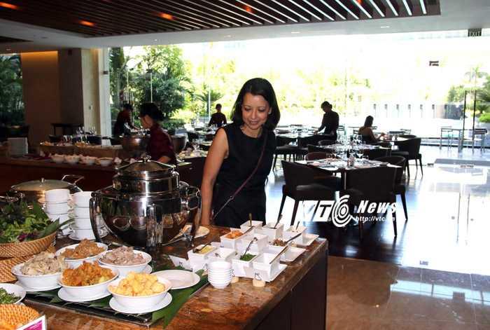 Đại diện Man City xem xét đồ ăn ở khách sạn (Ảnh: Quang Minh)