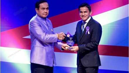 Kiatisak nhận kỷ niệm chương từ Đại tướng Prayuth Chan-ocha