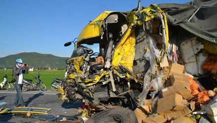 Đầu xe tải bị biến dạng sau cú đâm kinh hoàng.