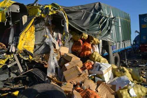 Hàng hóa trên xe tải rơi vãi đầy đường sau vụ tai nạn.