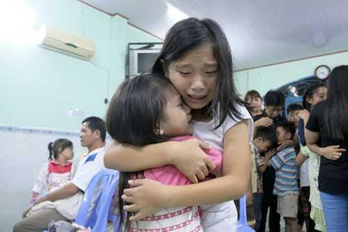 """Các em nhỏ trong """"ngôi nhà hạnh phúc"""" khóc nức nở khi nghe tin phải chia tay nhau ngoài ý muốn - Ảnh: TỰ TRUNG"""