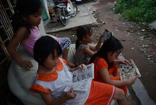 Các em đều được đi học nên lúc rảnh rỗi thường đọc truyện tranh. Ảnh: DUYÊN PHAN