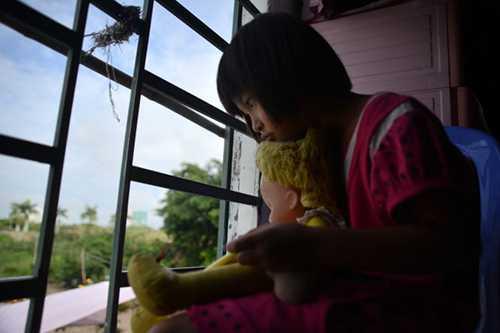 Bé Phương Thy (8 tuổi) sẽ rất buồn khi không còn ở trong ngôi nhà thân thuộc. Ảnh: DUYÊN PHAN