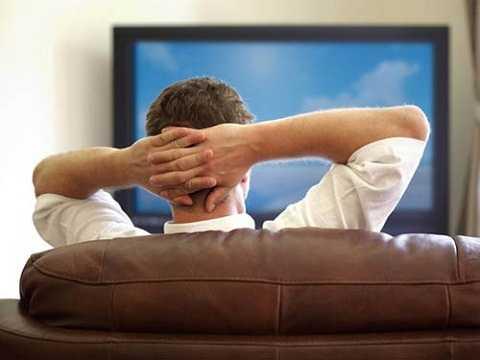 Bật điện sáng khi xem ti vi chống mỏi mắt.