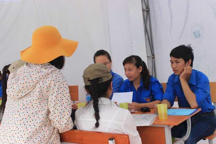 Sinh viên tình nguyện tư vấn cho thí sinh và người nhà thí sinh.