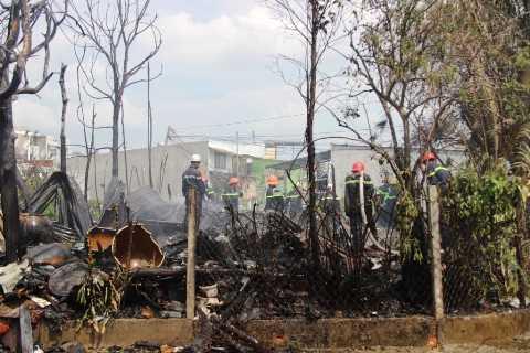 Lực lượng chữa cháy tham gia dập lửa