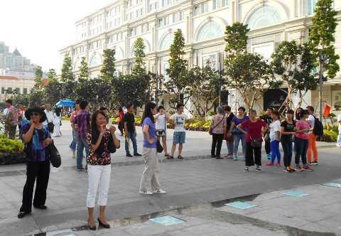 Đông đảongười dân, khách nước ngoài vui chơi tại phố đi bộ Nguyễn Huệ.                Ảnh: Phan Cường