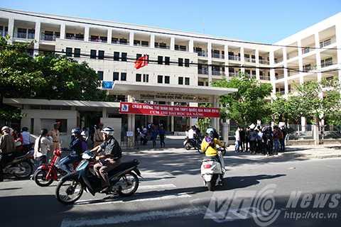 Sáng 30/6, hơn 30.000 thí sinh trên địa bàn TP Đà Nẵng đã tập trung về các điểm thi để làm thủ tục sự thi kỳ thi Tốt nghiệp THPT năm 2015.