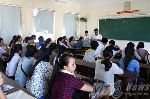 Kỳ thi Tốt nghiệp THPT              năm 2015 tại Đà Nẵng có 30.898 thí sinh đăng ký dự thi, kết thúc buổi              làm thủ tục dự thu sáng 30/6 có 897 thí sinh vắng mặt, tỉ lệ dự thi đạt              97.1%.