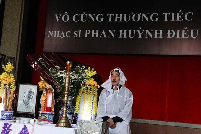 Sáng 30/6, lễ nhập quan nhạc sĩ Phan Huỳnh Điểudiễn ra tại Nhà tang lễ Bộ Quốc phòng, TP HCM. Đông đủ con cháu, người thân có mặt nói lời tiễn biệt tác giả Cuộc đời vẫn đẹp sao. Sau đó, linh cữu được di quan sangNhà tang lễ Thành phố (25 Lê Qúy Đôn, quận 3, TP HCM) để tổ chức phúng viếng.