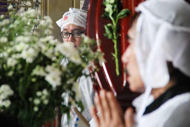 Con trai và cháu trai của nhạc sĩ Phan Huỳnh Điểu đại diện gia đình lạy đáp lễ bạn bè, thân hữu, người hâm mộ đến viếng.