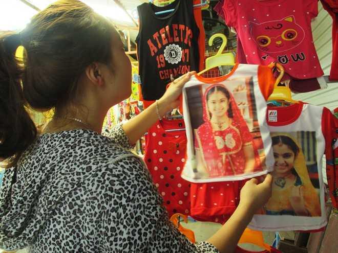 Sản phẩm in hình nhân vật Anandi trong phim Cô dâu 8 tuổi được bán khá nhiều tại các chợ. Ảnh: Ngọc Lan.