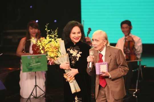 NSƯT Vũ Dậu và nhạc sĩ Phan Huỳnh Điểu trong đêm nhạc tổ chức tháng 10/2014.