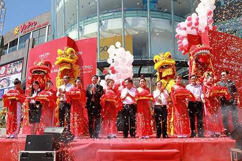 Sáng 30/6, sau 7 tháng thi công, Trung tâm thương mại Vincom thuộc tập đoàn Vingroup mang tên Vincom Ngô Quyền đã chính thức đi vào hoạt động tại Đà Nẵng
