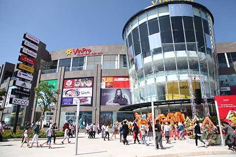 Trung tâm thương mại Vincom Ngô Quyền có tổng diện tích xây dựng lên đến 40.000m2, tọa lạc tại địa chỉ 910A Ngô Quyền, nút giao thông vòng xoay Phạm Văn Đồng-Ngô Quyền và cầu Sông Hàn