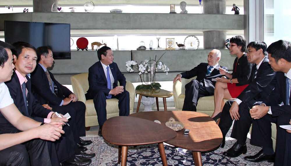 Trưởng Ban Kinh tế Trung ương Vương Đình Huệ và Đoàn công tác chào xã giao nguyên Tổng thống Israel Shimon Peres
