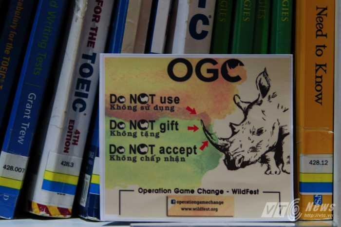 Miếng dán bảo vệ tê giác với chủ trương Không dùng - Không tặng - Không nhận - Ảnh: Tùng Đinh