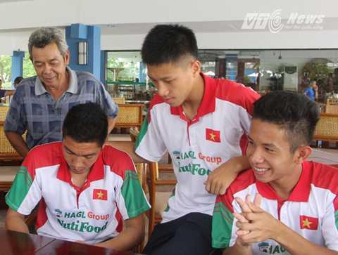 Nguyễn Phong Hồng Duy (phải) thi muộn hơn so với đồng đội cùng lứa 1 năm (Ảnh: Hà Thành)