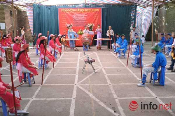 Tại Hội Đình Chèm còn có nhiều trò chơi thú vị như thi đấu cờ người...