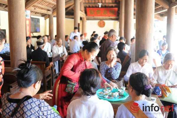 Dù thời tiết nắng nóng nhưng vẫn có rất đông khách thập phương đến tham dự Lễ hội.