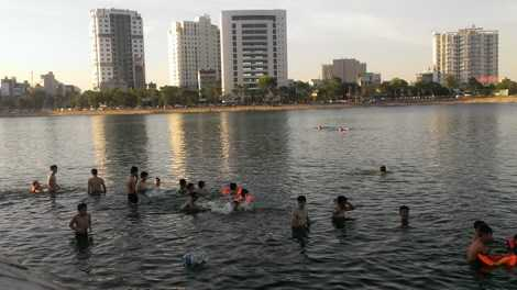 Bất chấp việc có tới 3 người chết đuối trong vòng chưa đầy 1 tháng, người dân khu vực hồ Linh Đàm vẫn mạo hiểm xuống hồ tắm.