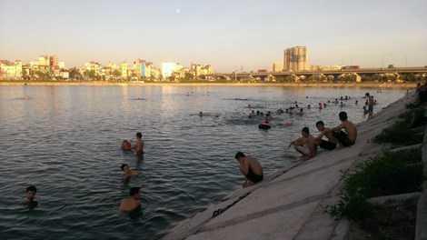 Khu vực hồ Linh Đàm mỗi chiều đông đúc như một bãi tắm ven biển.