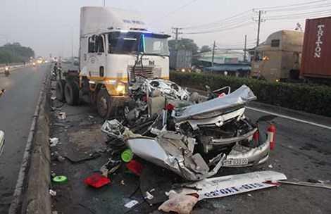 Một vụ tai nạn do xe đầu kéo container làm chết năm người trước khu chế xuất Linh Trung (TP.HCM). Ảnh: CTV