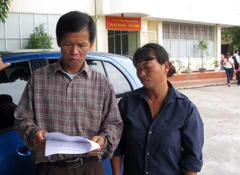 Vợ chồng ông Nguyễn Thanh Chấn trong buổi làm việc với TAND Tối cao để giải quyết bồi thường oan sai.
