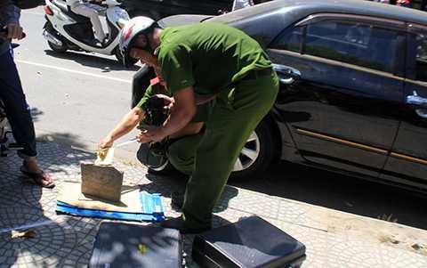 Lực lượng CSĐT Công an quận Hải Châu và Công an TP Đà Nẵng đang điều tra hiện trường vụ trộm