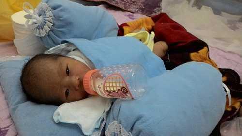 Bé trai được chăm sóc tại trung tâm y tế phường