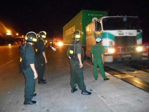 Lực lượng CSCĐ tham gia giữ gìn ANTT tại khu vực. Ảnh: Tử Long