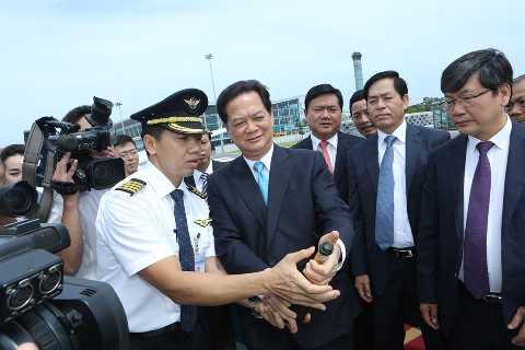 Thủ tướng Nguyễn Tấn Dũng tham gia nghi thức tưới champagne