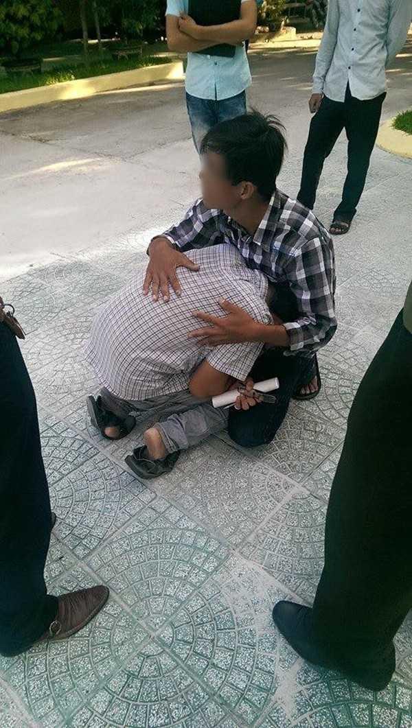 Bức ảnh nam sinh vi phạm quy chế bật khóc tức tưởi sau khi ra khỏi phòng thi được dân mạng chia sẻ chóng mặt