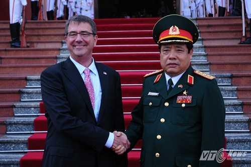 Bộ trưởng Phùng Quang Thanh trong lần tiếp đón Bộ trưởng Quốc phòng Mỹ Ashton Carter thăm chính thức Việt Nam.