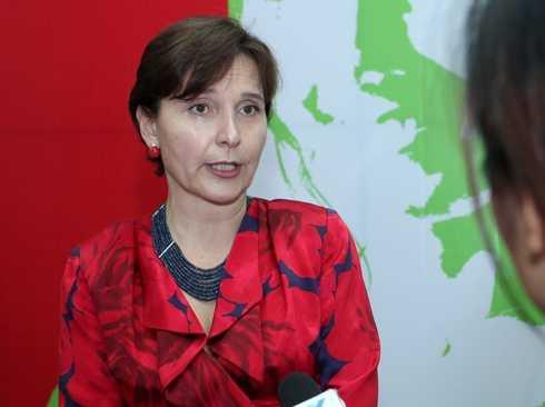 Bà Cecilia Piccioni - Đại sứ đặc mệnh toàn quyền nước Cộng hòa Italia tại Việt Nam trả lời phỏng vấn báo chí
