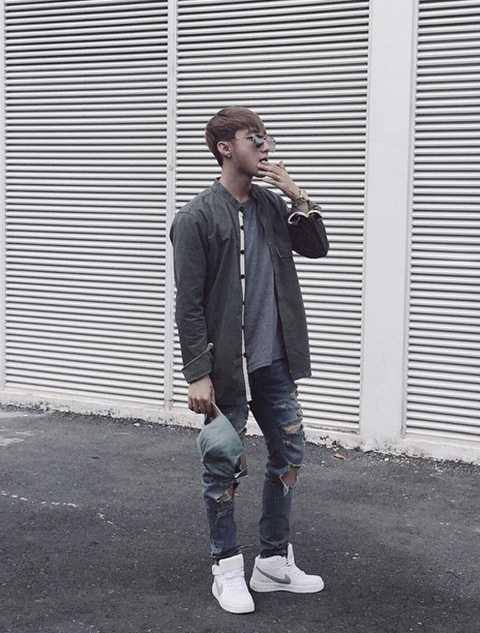 Jeans rách phù hợp với những người đam mê sự trẻ trung và có phần nổi loạn, phá cách như Sơn Tùng. Bởi vậy, nếu muốn có vẻ ngoài ấn tượng như giọng ca