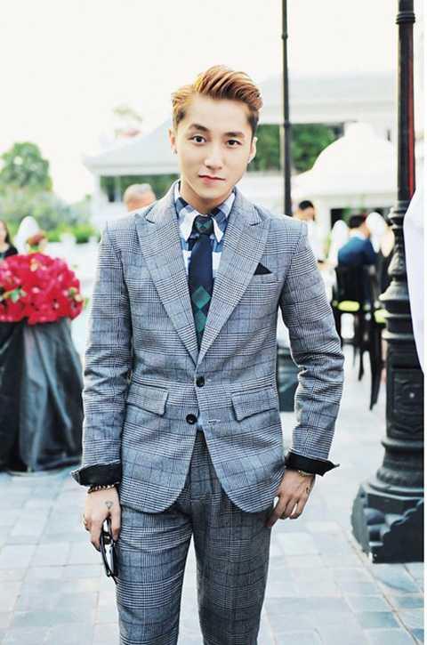 Trang phục vest in họa tiết này không những không khiến anh chàng trông già dặn mà ngược lại còn mang đến cho Sơn Tùng vẻ ngoài đậm chất Hàn Quốc, trẻ trung.