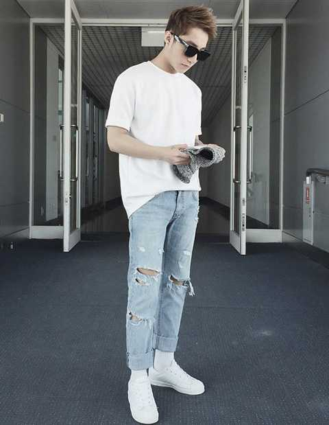 Vì những chiếc jeans rách đã quá chất chơi nên Sơn Tùng chỉ kết hợp cùng áo phông, giày thể thao khá cơ bản. Đây cũng là gợi ý lý tưởng cho các chàng trai vào mùa hè.